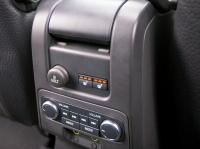 Аудиоконсоль возле заднего сиденья
