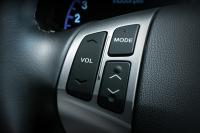 Управление аудиосистемой с помощью кнопок на рулевом колесе