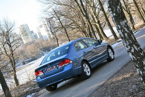 Задок обновленного  Honda   Civic  выдают новые задние фонари с более рельефными очертаниями стоп-сигналов. Фото с сайта carсlub.ru
