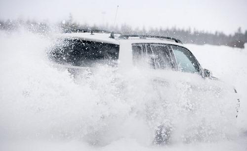 """Mercedes-Benz GLK на зимней загородной дороге чувствует себя в своей стихии. Главное - переобуть его в """"шипы"""" и не забыть заехать на заправку. Фото Ленты.Ру и Mercedes-Benz."""