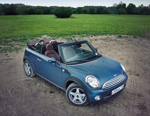 Благодаря компактным размерам и ретро-дизайну MINI Cooper Cabrio похож на игрушку. Фото Ленты.ру