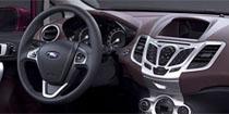 Нижняя половина рулевого колеса имеет не самую удачную форму обода и кажется слишком жесткой на ощупь.