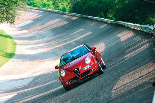 Alfa Romeo MiTo нацелена на молодых — не старше 35 лет, в особенности женщин. Однако ездовую презентацию все-таки устроили там, где каждый камешек пронизан вековой историей гоночных Альф, — на трассе в Монце. Фото Никиты Гудкова и Alfa Romeo с сайта autoreview.ru.