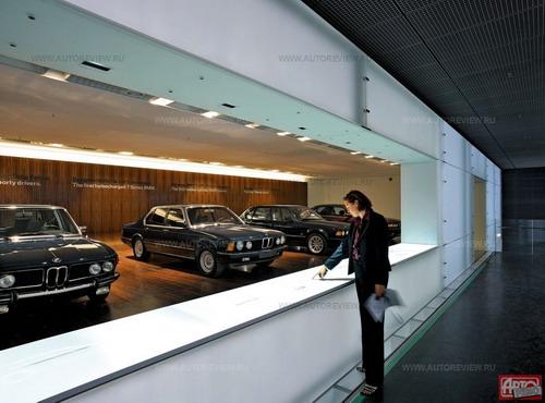 «Медиатектурный» музей BMW: ряд предшественников нынешней «семерки» меркнет на фоне светящихся стен и столов с интерактивными текстами, управляемыми касанием руки. Слева — «кинетическая скульптура» из сотен движущихся шариков. Фото BMW с сайта autoreview.ru.