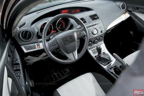 Под козырьком новой панели — два разновеликих дисплея: тот, что покрупнее, «завязан» на фирменный интерфейс CF-Net с управлением на руле. Фото Mazda с сайта autoreview.ru.