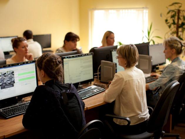 Cегодня помещение насчитывает три комнаты (50 рабочих мест с компьютерами). В каждой комнате примерно по 20 человек. Все они - гражданские лица в обычной одежде, работники Центра обеспечения безопасности дорожного движения при правительстве Москвы.
