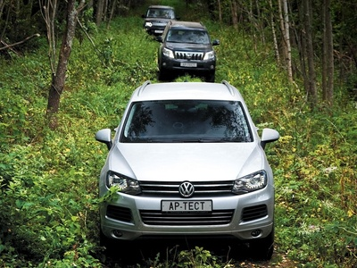 Volkswagen Touareg, Toyota Land Cruiser Prado и Land Rover Discovery. Фото Степана Шумахера с сайта autoreview.ru